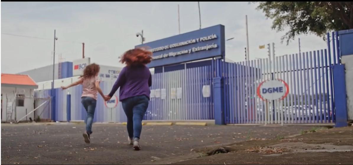 Mujer y niña llegan a las  instalaciones de Migración en Costa Rica