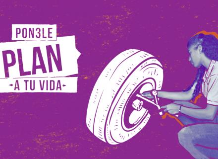 Fotografía de estética urbana, mujer joven repara un neumático. Al lado, el logo de la campaña Ponele Plan a tu vida