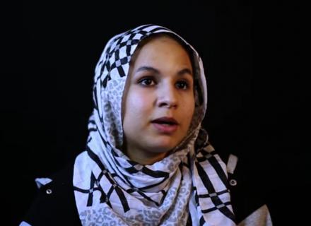 Joven con hiyab habla a la cámara