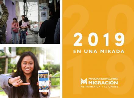 Fotografía de una persona impartiendo un taller y una mujer mostrando su teléfono con la aplicación MigApp en pantalla.